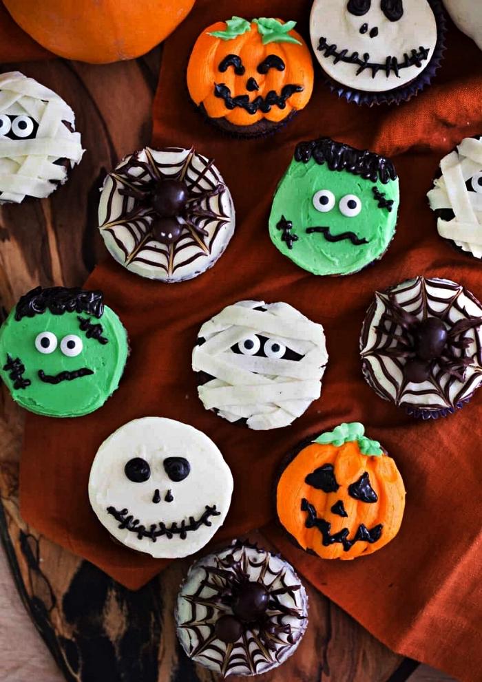 recettes d'apéro pour halloween, cupcakes personnages d'halloween au glaçage vert, orange et blanc