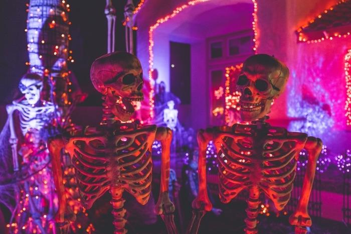 idée décor halloween terrifiant avec squelettes et guirlandes, comment décorer devant maison pour halloween