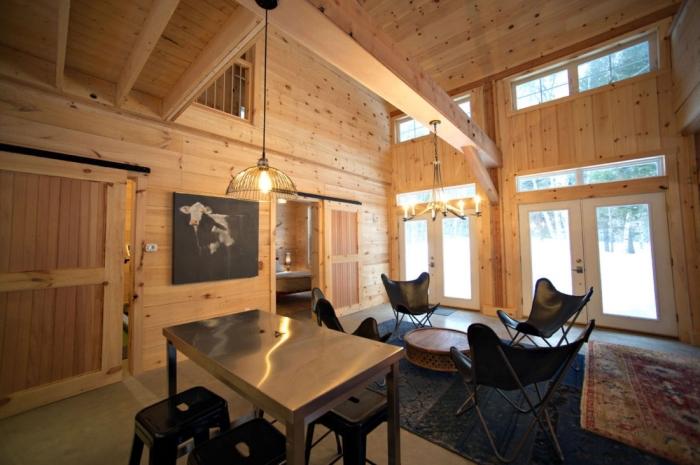 renovation interieur, design salon rustique avec meubles noirs, déco salon avec table inox et tabourets noirs