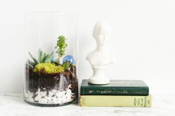 objets de décoration à réaliser soi-même, mini jardin dans bocal verre rempli de cailloux et petites plantes vertes