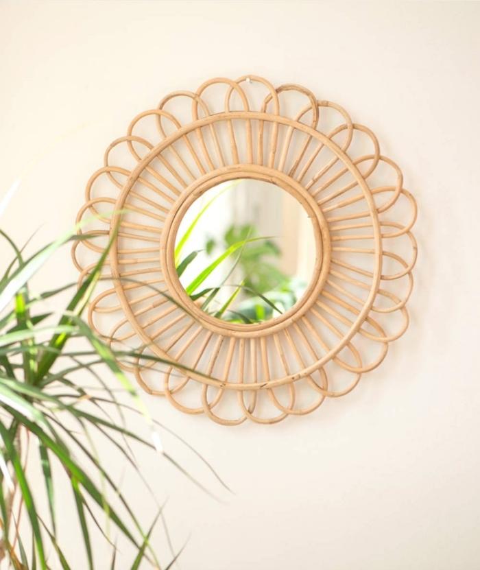 idée deco fait maison facile, modèle de miroir forme soleil en bambou dans une chambre bohème décorée avec fleurs