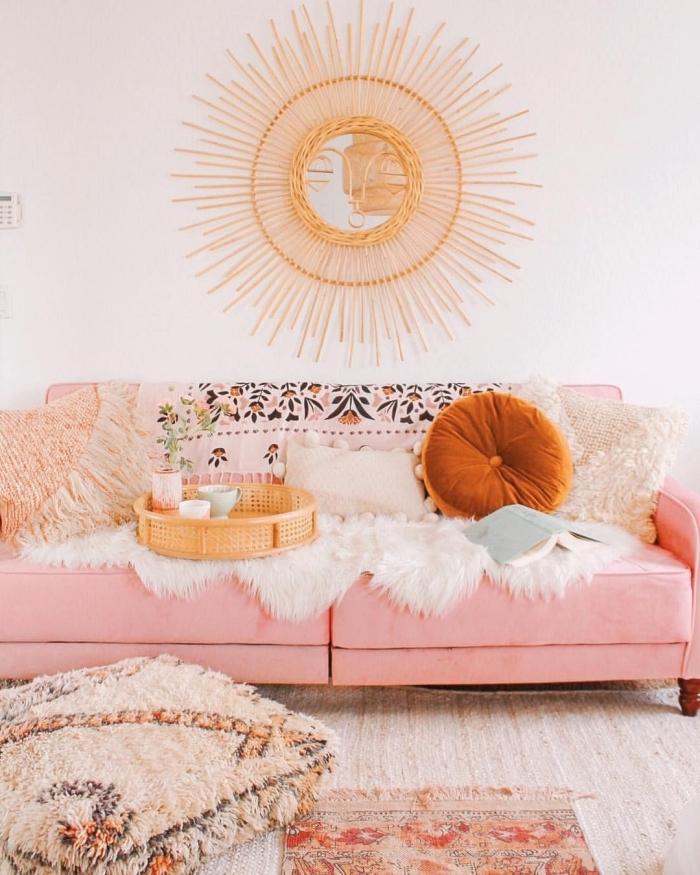 idée comment aménager un petit salon cozy de style jungalow, pièce blanche avec canapé rose et accessoires en beige, modèle miroir de Justina blakeney