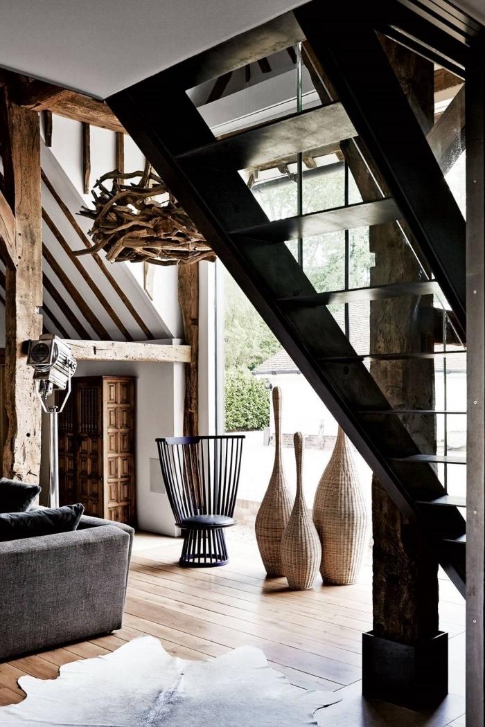 renovation maison ancienne, décoration loft de style balinais avec accents industriel et rustique, déco sous escalier