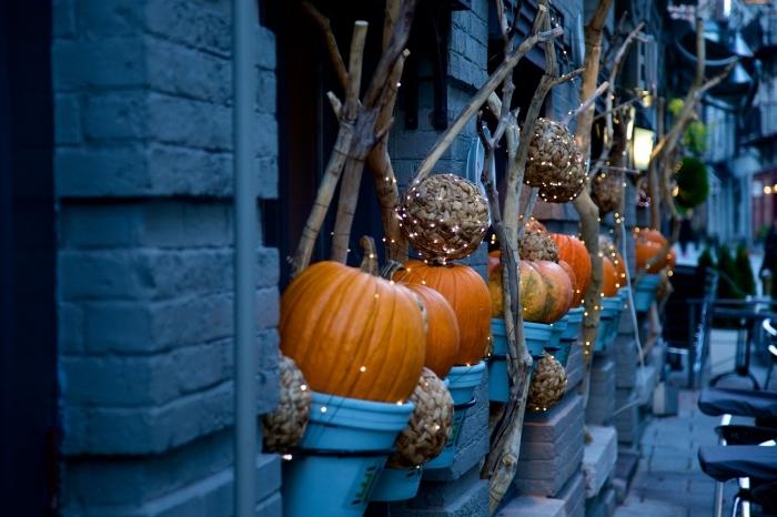 idée fond ecran halloween, décoration diy pour la fête de halloween, decor avec citrouilles et guirlandes lumineuses