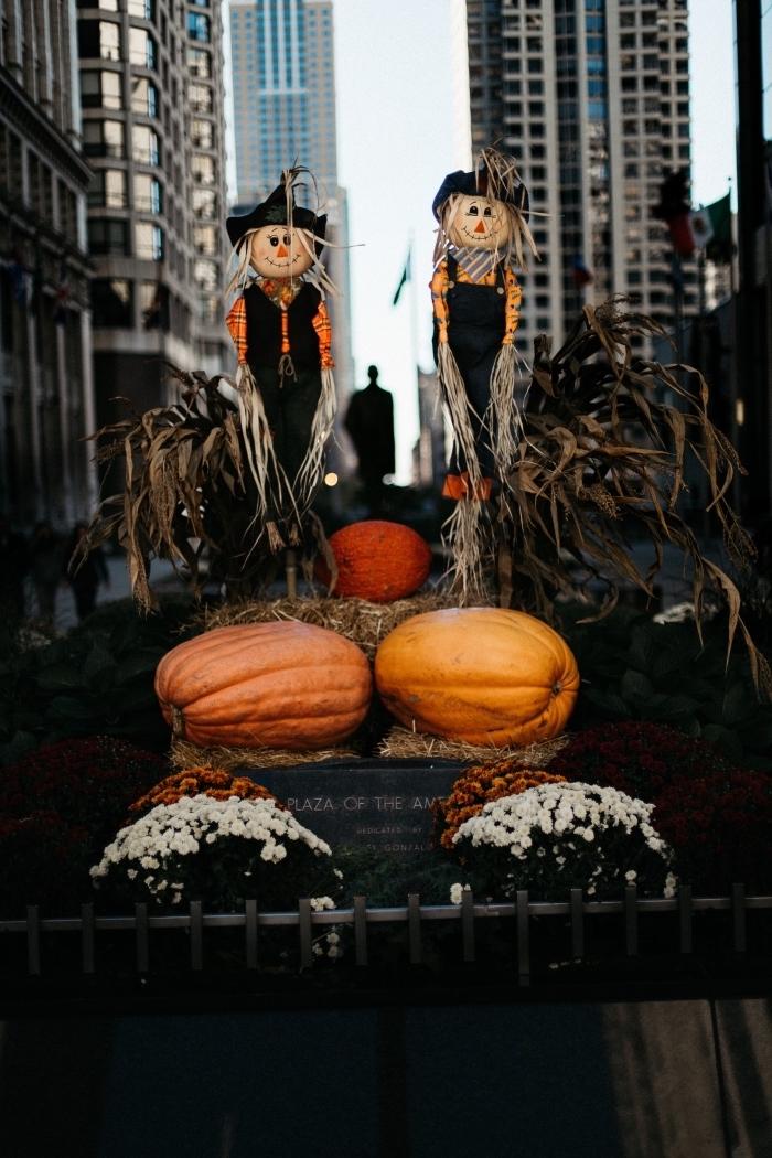 idée fond ecran halloween pour portable, idée déco halloween à faire soi-même avec citrouilles et épouvantails