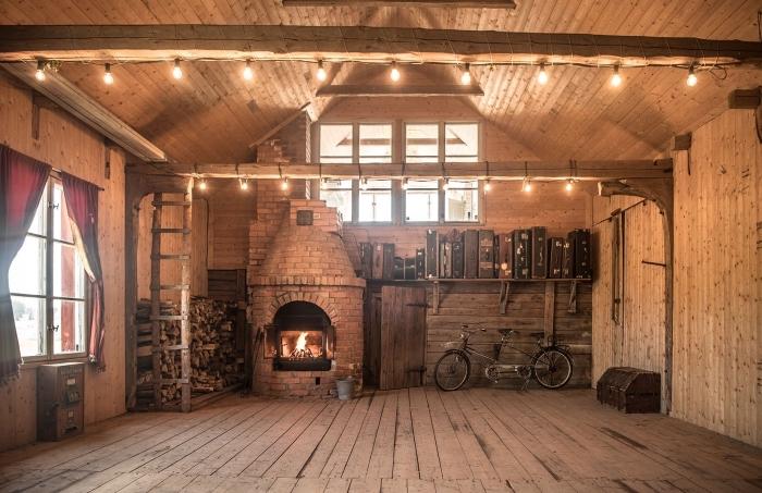 exemple comment transformer grange en habitation, décoration grange rural à design bois brut avec cheminée