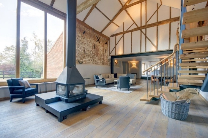 aménagement grange moderne, projet de transformation grange en maison, design salon loft rustique avec accents gris