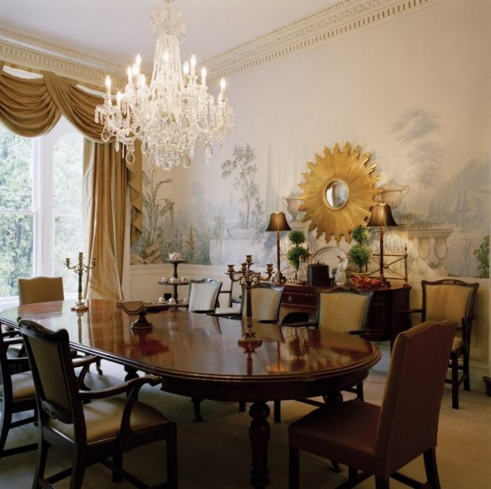 idée comment décorer une salle à manger de style rétro avec meubles en bois foncé, modèle de miroir en forme soleil doré