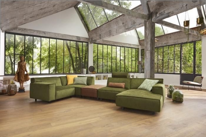 design intérieur moderne, modèle de canapé d'angle en velours vert foncé de la marque Monsieur Meuble