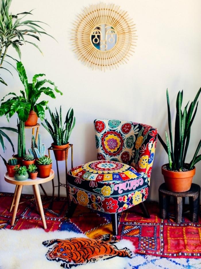 modèle de miroir jungalow de Justina Blakeney dans un salon ethnique aux murs blancs avec plantes vertes