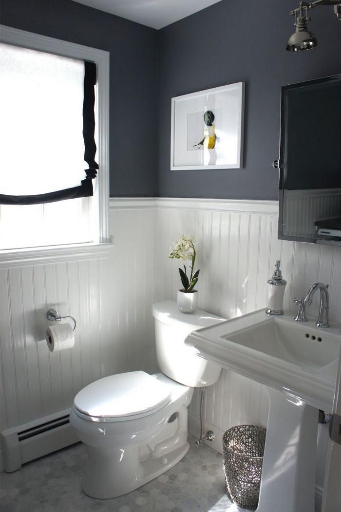 idée amenagement wc à design bicolore, modèle toilettes aux murs gris anthracite et blanc avec finition inox