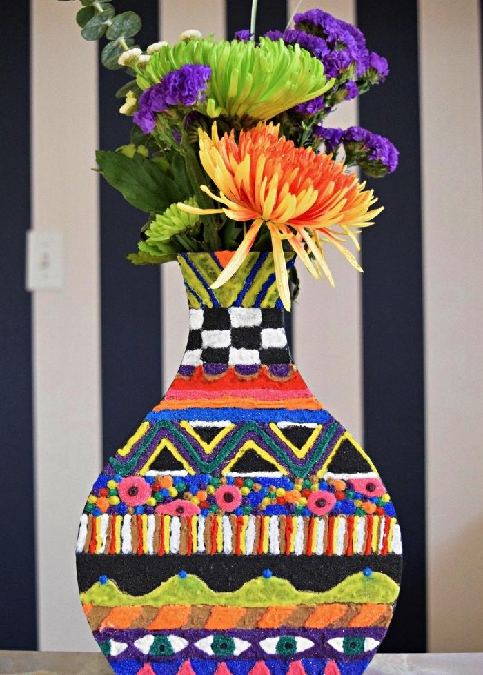 vase en bois à motifs bohème chic décorés de sable, idée déco avec du sable décoratif