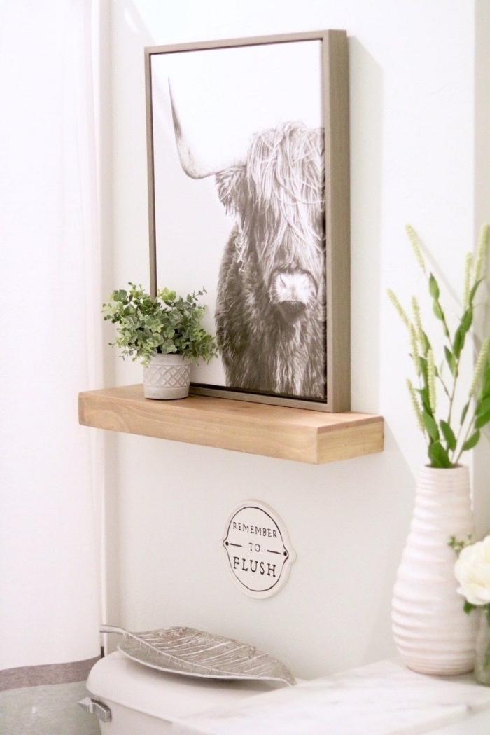 design intérieur style minimaliste avec meubles blancs et objets de déco bois, modèle toilette moderne de style scandinave