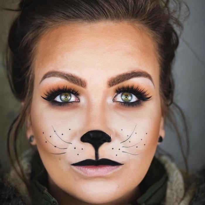 technique yeux smoky avec fards à paupières marron et orange, idée maquillage halloween femme, makeup yeux verts femme