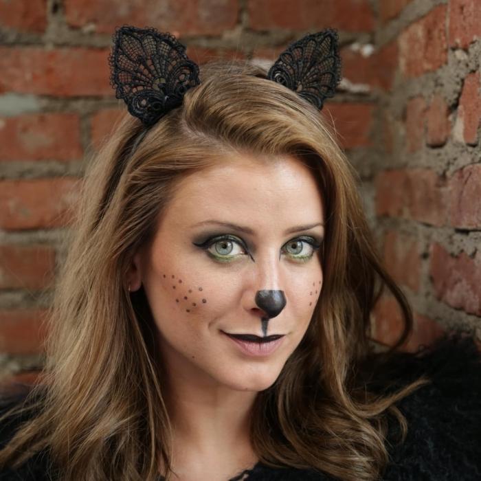 maquillage facile pour halloween, idée deguisement chat noir, makeup chat avec fards à paupières verts et eyeliner noir