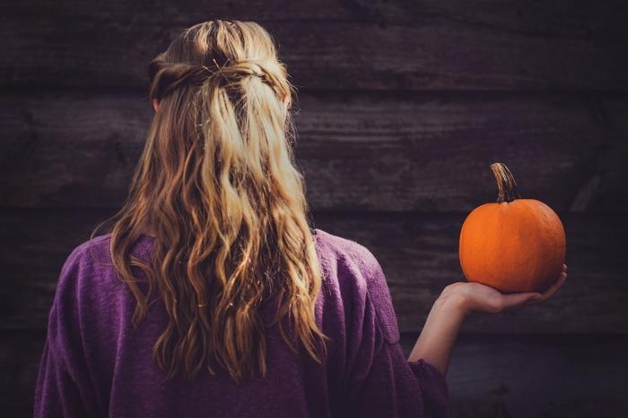 comment s'habiller pour Halloween femme, idée déguisement fille en sorcière aux cheveux longs avec citrouille dans la main