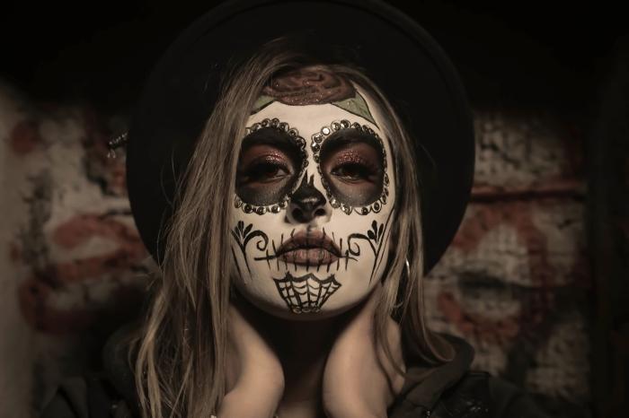 comment se masquer pour Halloween femme, idée maquillage femme Halloween avec dessin visage roses noires