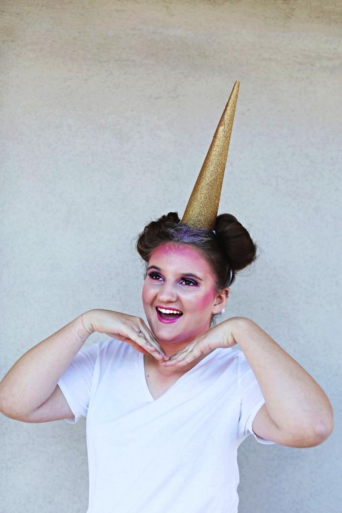 maquillage halloween facile faire maison sur le thème licorne, maquillage de licorne rose, coiffure licorne double buns avec corne dorée en papier