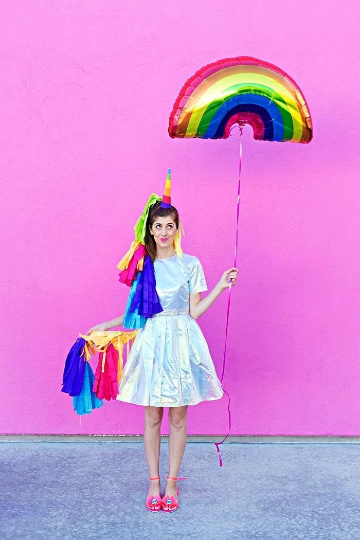 déguisement halloween fait maison pour un look licorne, petite robe effet hologramme avec crinière de licorne en papier