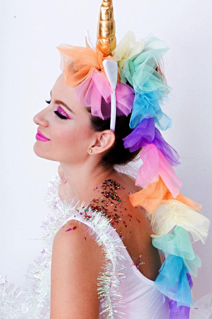 déguisement licorne adulte avec serre-tête corne dorée et crinière en tulle multicolore, maquillage de licorne rose