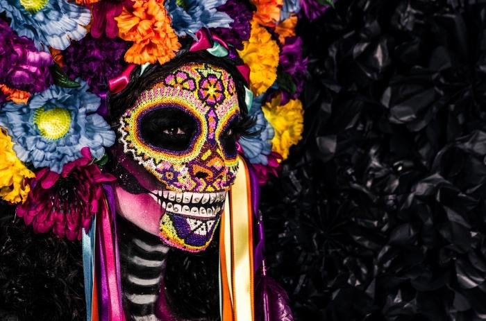 comment se masquer pour halloween, idée maquillage terrifiant pour femme avec dessins visage et couronne florale