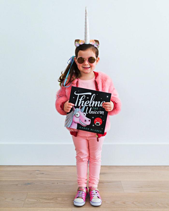déguisement licorne fille à fabriquer soi-même, tenue tout en rose combinée avec un serre-tête licorne et une tresse de laine multicolore en guise de queue de licorne