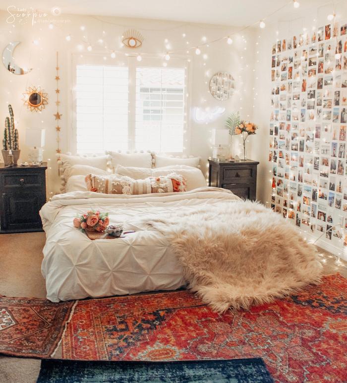 deco boheme chic originale, creer une deco mur de photos, murs décorés d une guirlande lumineuse, peau de moutons sur linge de lit blanc, tapis oriental