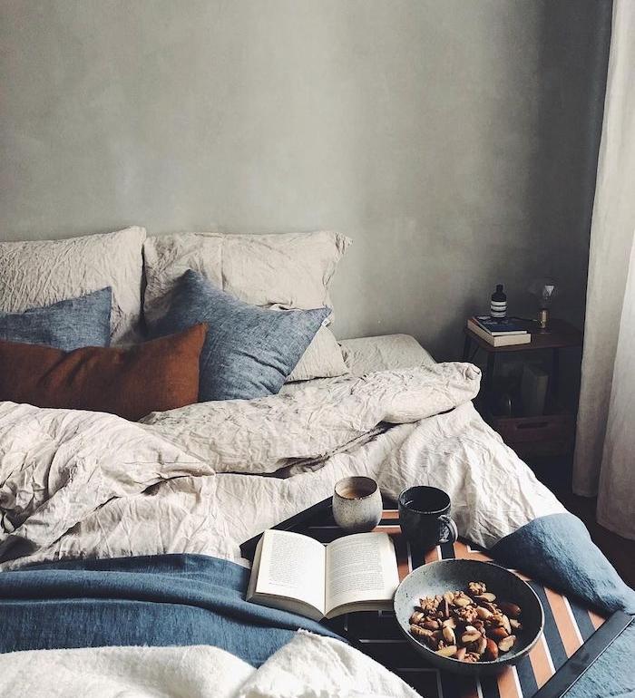 peinture murale effet beton, linge de lit gris, bleu et coussin marron, decorer sa chambre automne, accents deco hygge