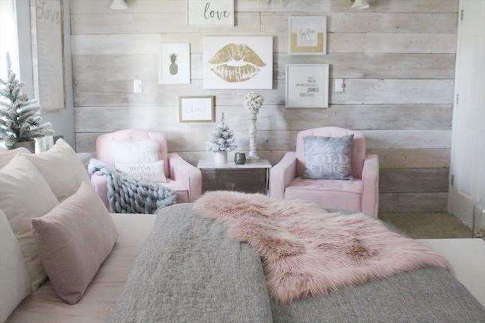 chambre rose et gris style campagne chic avec mur de bois, couverture de lit grise et peau de mouton rose, fauteuils confortables en rose, deco noel chambre