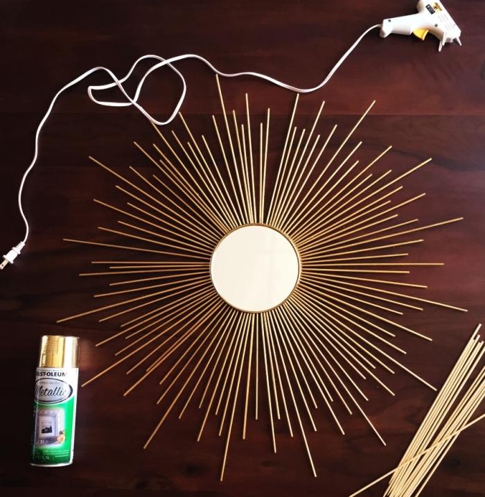 comment faire un miroir soleil doré avec peinture aérosol, tuto facile et rapide, bricolage miroir avec bâtonnets bois et peinture dorée