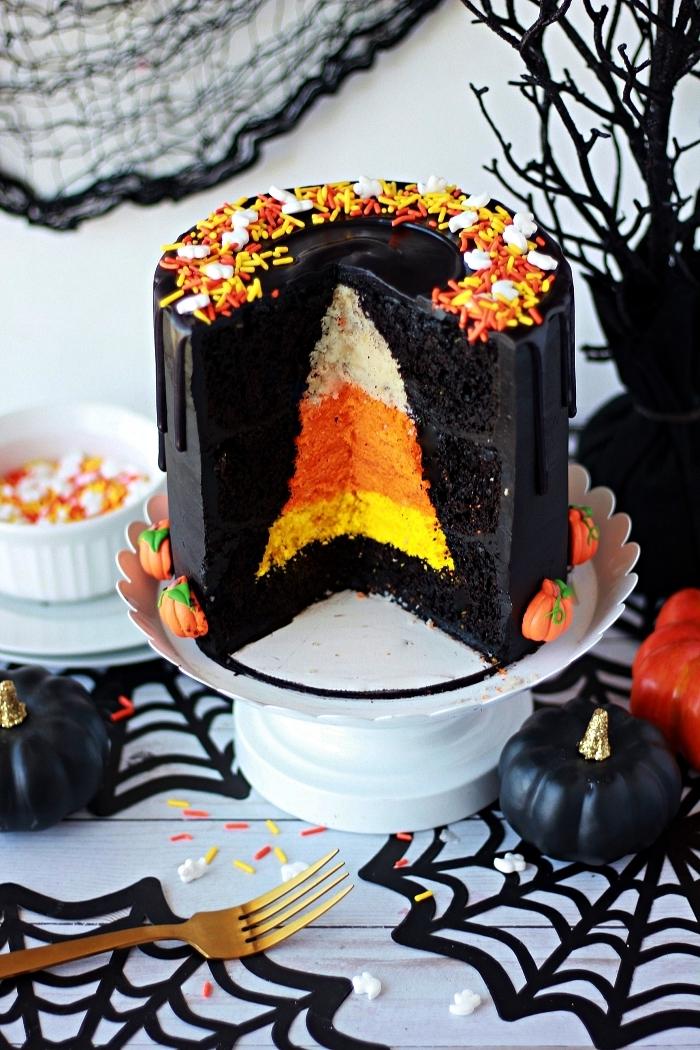 layer cake noir coeur surprise façon graine de maïs, gateau d'halloween original au glaçage noir et coeur surprise