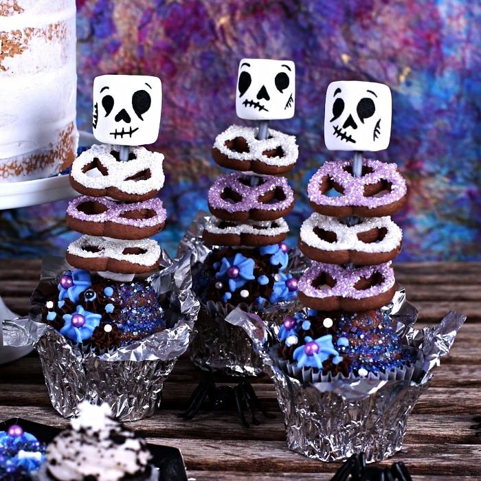 idée de dessert facile et original pour le menu halloween, des cupcakes squelettes aux biscuits et à la guimauve