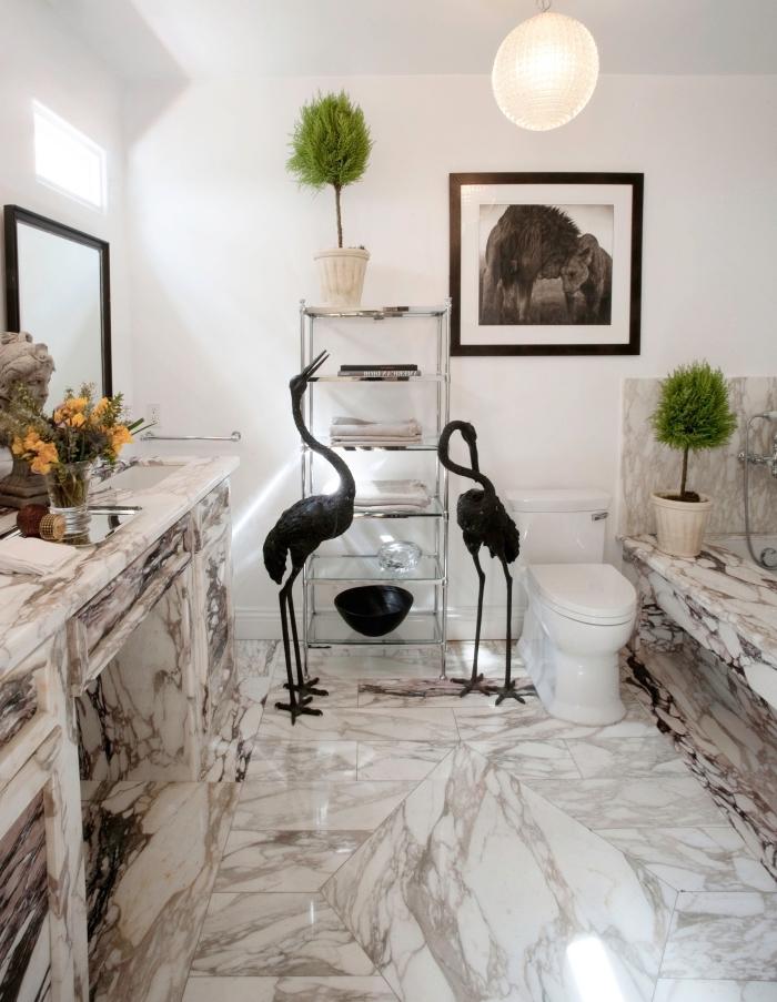 carrelage toilette marbre, décoration wc de style luxueux aux murs blancs avec revêtement sol marbre blanc et gris