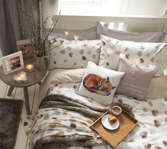 decoration automne chambre à coucher ado avec coussins et linge à motif coeurs or et argent, coussin renard decoratif, deco romantique, table de nuit bois basse