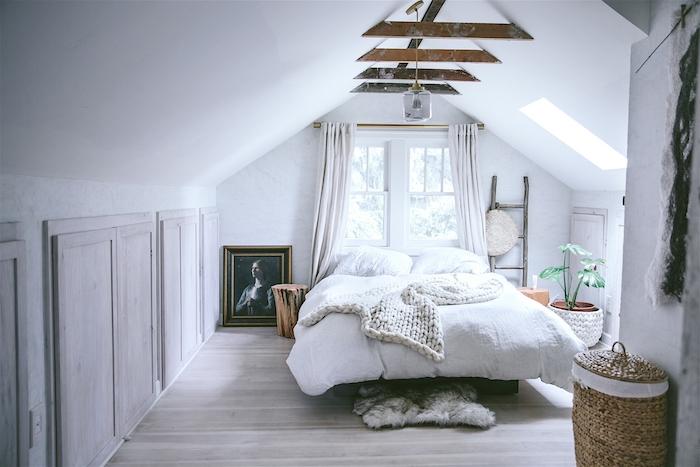petites poutres apparentes, lit en ligne blanc, parquet bois clair, echelle bois decorative, amenagement chambre sous pente, deco campagne chic