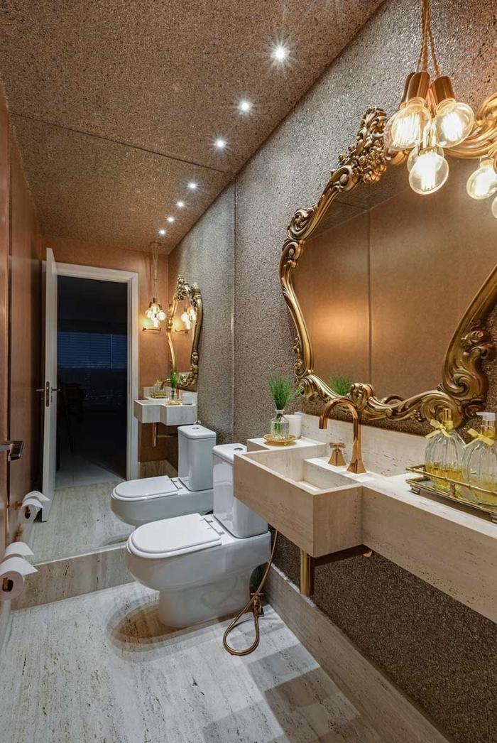 idee deco wc moderne avec mur miroir et éclairage plafond spots led, déco toilette en couleurs neutres avec accents métal