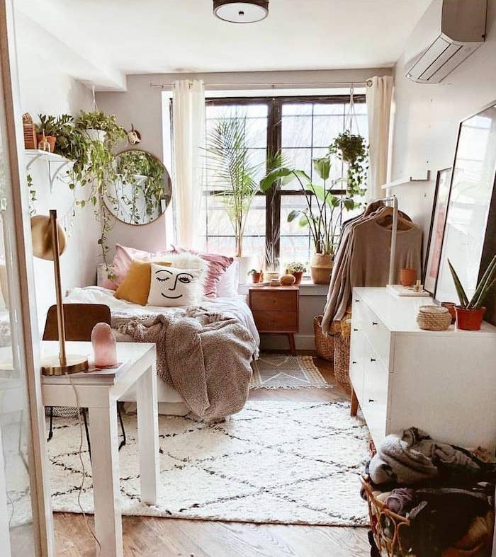 commode blanc scandinave, linge de lit rose, jaune et blanc, couverture de lit gris, tapis cosy shaggy, plantes verte interieur, deco jungle, parquet bois clair