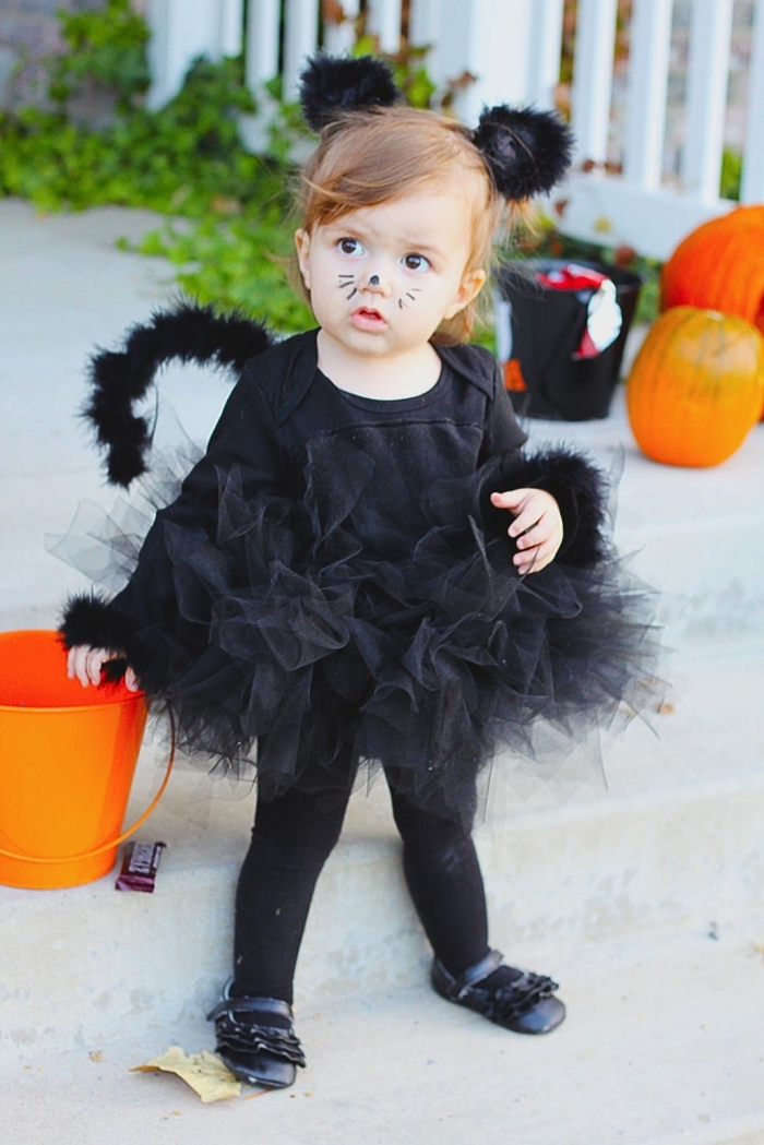 diy costume enfant pour halloween, idée déguisement petite fille en chat noir pour la fête d'Halloween, maquillage simple halloween