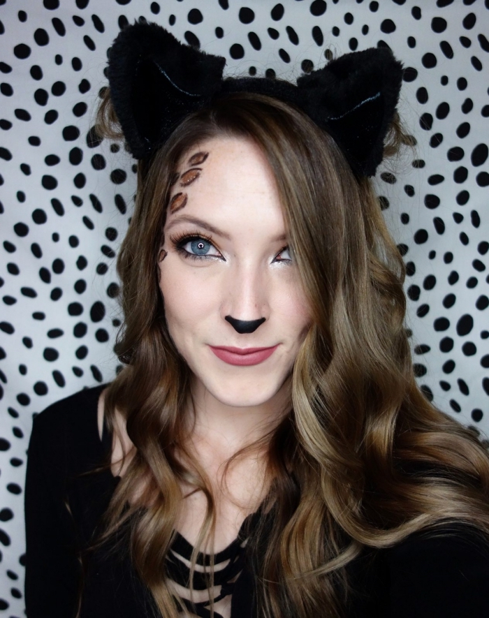 exemple de maquillage chat halloween, technique maquillage facile à faire avec fards à paupières et eyeliner noir