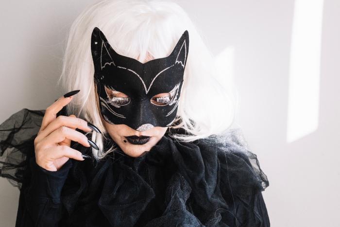 maquillage femme avec faux cils et rouge à lèvre noir mat, idée deguisement adulte femme en catwoman avec masque et robe noire