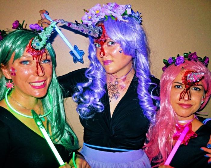 déguisement licorne adulte avec perruque colorée et corne de licorne sanglant, corne de licorne à fabriquer soi même