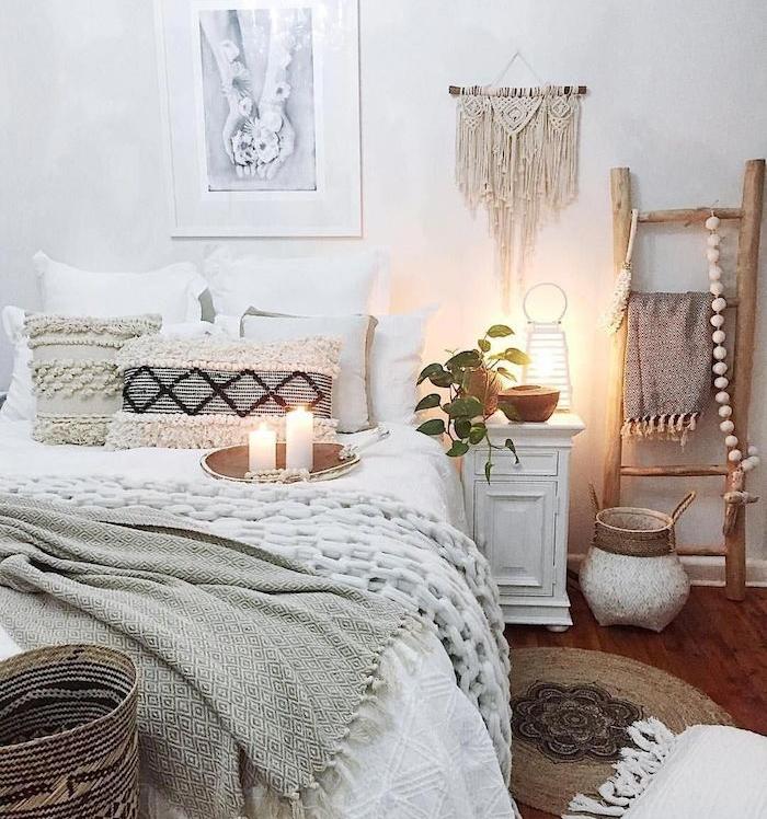 chambre blanche et grise, deco chambre boheme choc avec macramé mural, echelle bois deco, tapis rotin, linge de lit gris et blanc moelleux