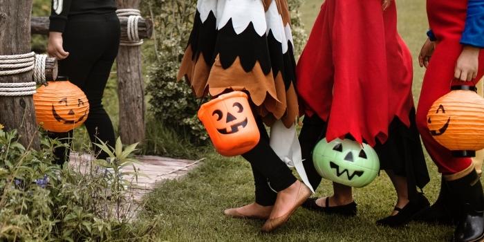 déguisement terrifiant pour enfant le jour de Halloween, idée lanternes Halloween à faire soi-même, photo halloween