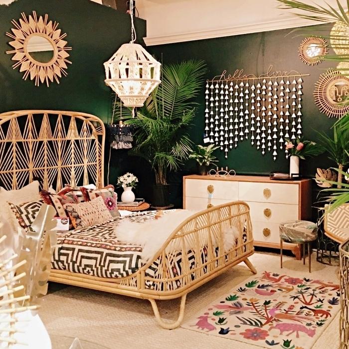 décoration chambre bohème chic, modèle de lit en rotin, idée miroir Justina Blakeney, peinture tendance 2019