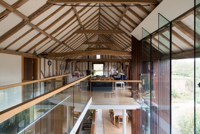 projet de renovation grange moderne, aménagement mezzanine loft à déco contemporaine blanc et bois avec accents noirs