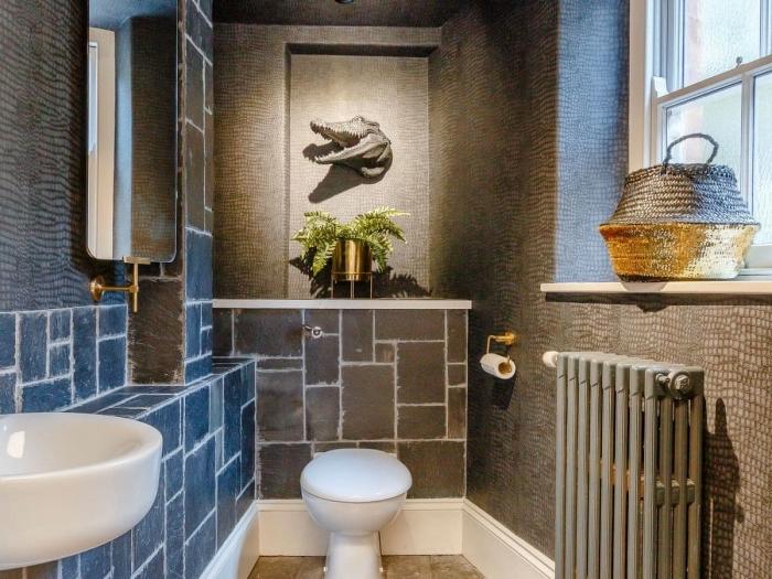 idée carrelage toilette, comment habiller les murs dans ses toilettes, décoration WC aux murs gris avec pan de mur bleu