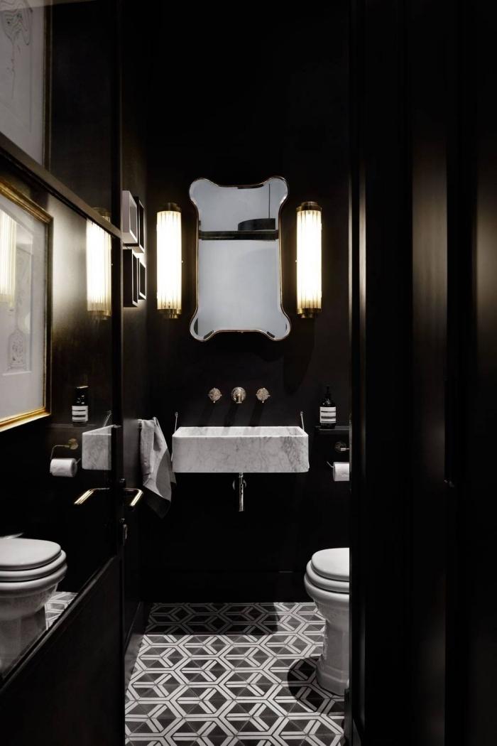 idée carrelage toilette moderne aux motifs géométriques en blanc et noir, modèle toilettes style contemporain aux murs foncés