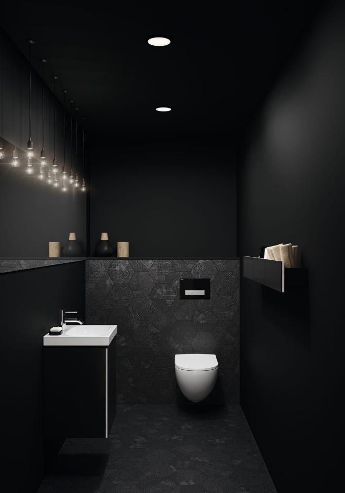 deco wc suspendu dans une pièce aux murs noir mat avec éclairage de plafond spots led et cordes ampoules électriques