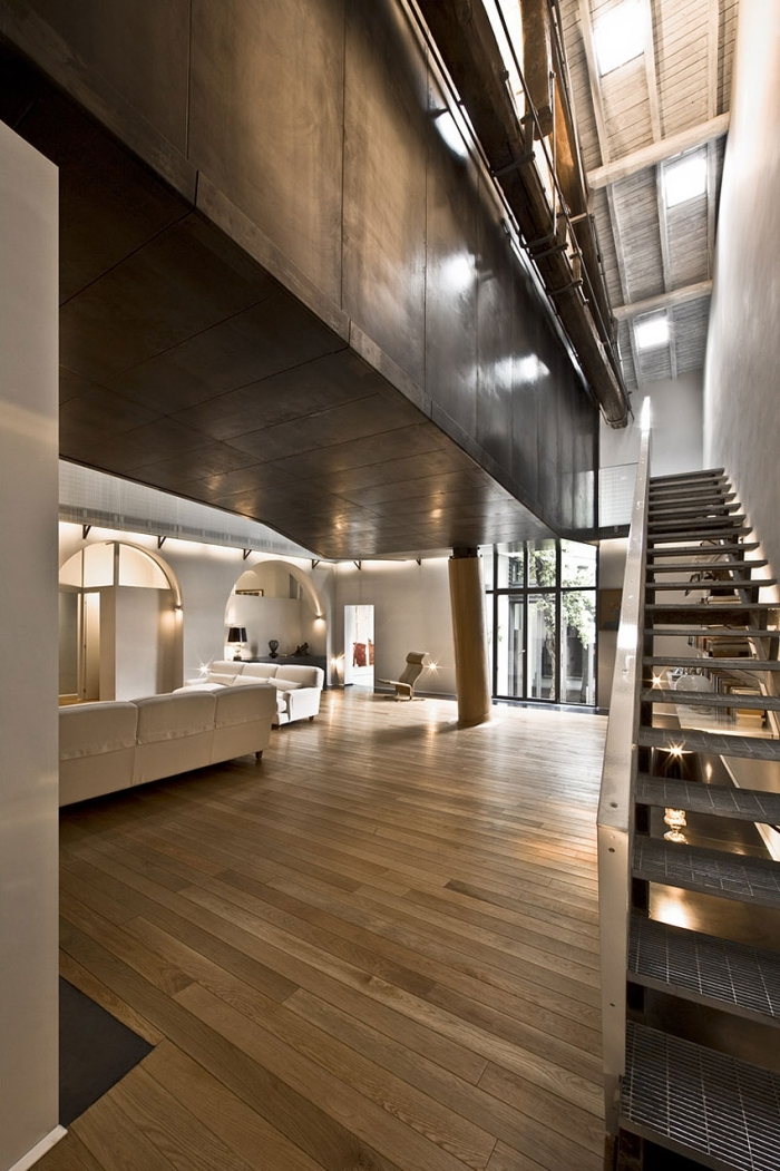 décoration loft mezzanine de style contemporain avec accents industriel, idée aménagement grange moderne