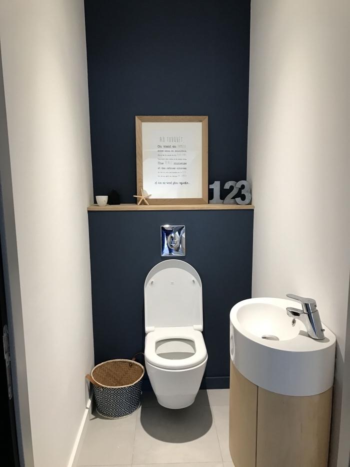 modèle de toilette moderne de style minimaliste, exemple comment décorer ses wc aux murs en blanc et bleu foncé